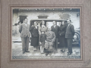 Famiglia Sebaste con auto fine anni trenta